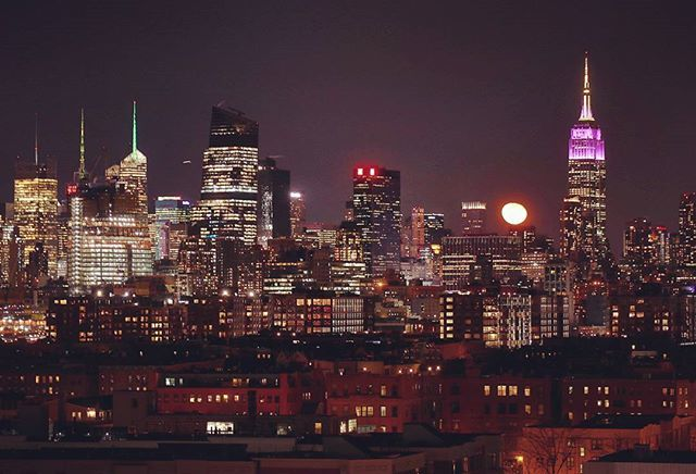 Moonrise over the skyline of midtown Manhattan #newyorkcity #newyork #nyc @empirestatebldg #moon